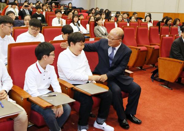박한철 헌법재판소장이 어린이 헌법토론대회에 참가한 전주 서곡초등학교 학생들을 격려하고 있다