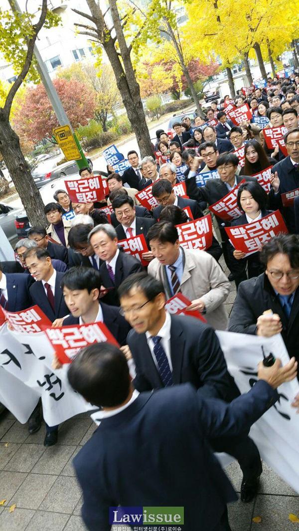 11일 변호사들의 거리행진을 가로 막는 서초경찰서 형사