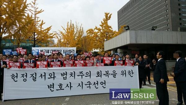 집회 진행자인 오영중 변호사(서울변호사회 인권위원장)을 계속 따라 다니며 해산을 요구하는 형사