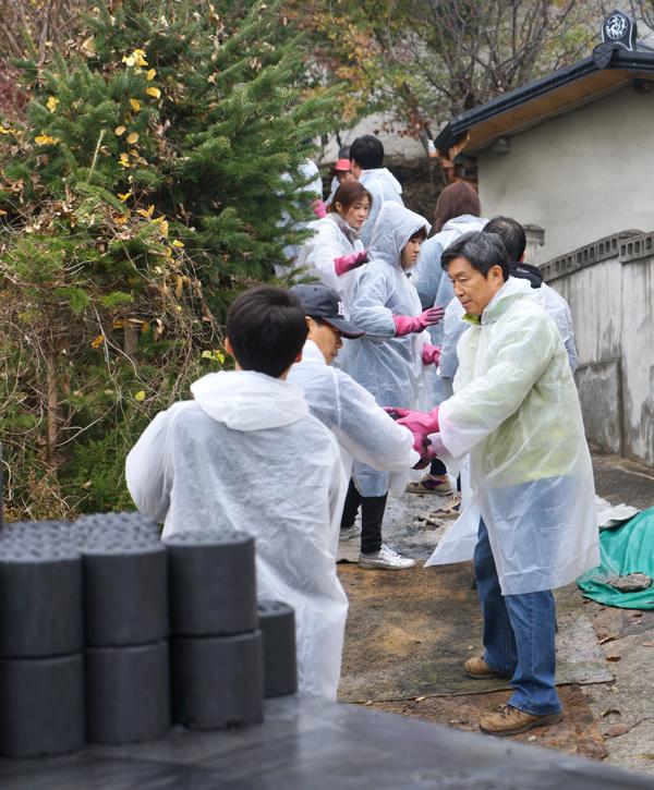 연탄 배달하는 제정부 처장과 법제처 직원들