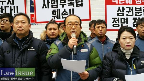 좌측부터 전국공무원노동조합 김주업 위원장, 김창호 법원본부장, 법원본부 안양지부 우재선 지부장