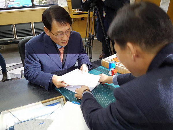 28일 헌법재판소에 헌법소원을 접수하는 황용환 변호사