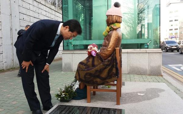 6일 부산 평화의 소녀상 찾은 천정배 의원(사진=페이스북)