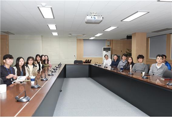 부천사무소에서 영화관람 중인 경기도일자리재단(부천) 임직원