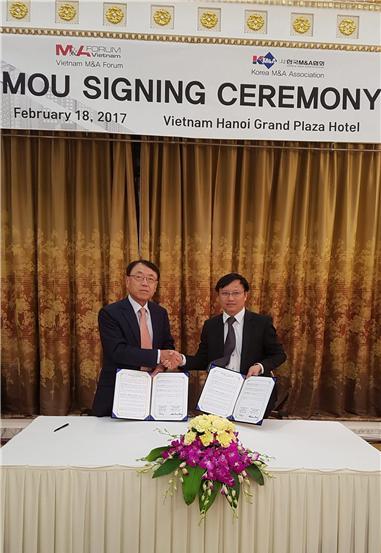김익래 한국M&A협회 회장(왼쪽)과 Dang Xuan Minh 베트남 M&A포럼 Managing diretor가 MOU체결 후 악수하고 있다.