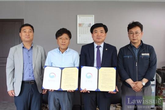 김수진 지부장(사진우측 두번째)이 금호하이테크 임직원들과 업무협약서를 내보이며 기념촬영.