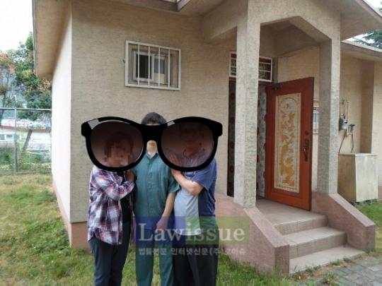 부산구치소 가족만남의 집에서 기념촬영을 하고있다.