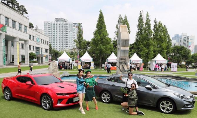 부천시청 잔디광장에 전시된 카마로SS와 크루즈 차량.(제공=쉐보레)