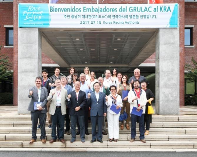 지난 15일 중남미지역 대사관 초청행사 기념촬영(첫째줄 왼쪽에서 3번째가 오스카 에레라 길버트 에콰도르 대사, 4번째가 이양호 한국마사회장).(사진=한국마사회)