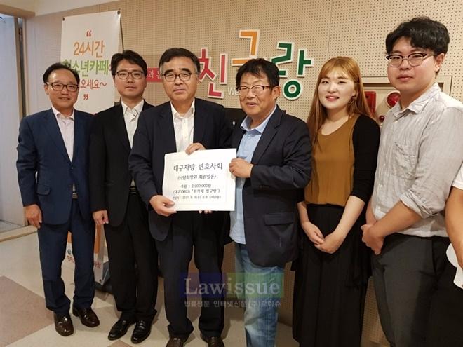 24시간 Wee Cafe 친구랑에 후원금을 기탁하고 기념촬영.