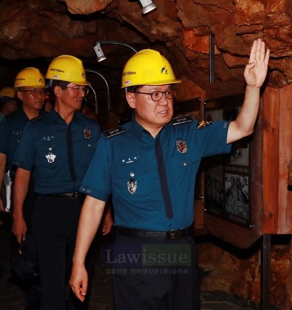 황운하 울산경찰청장이 동굴피아를 점검하고 있다.